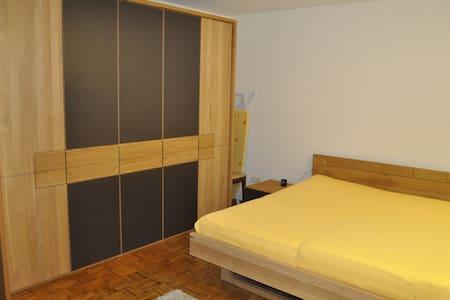 Zimmer in beliebtem Wohnviertel - Hof - Rumah