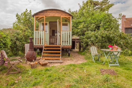 Simply lovely South Downs Shepherd hut - Cabin
