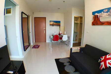 2 Bedroom/1 Bathroom, 48 SQM Fully Furnished 50m to Sukhumvit main road and 500m to BTS Phra-Khanong stat. 24 hours security and CCTV Swimming pool,Gyms,Sauna room,Kid zone,Free Wifi and Cable TV,Laundry A lot of food and nightlife,nearly school
