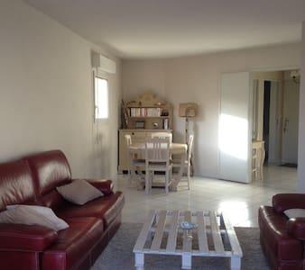 Chambre privée, calme et idéalement située - Appartement