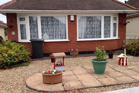 Bungalow very modern and refurbished. Nice garden. - Bournemouth - Bungalow