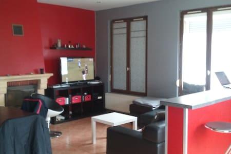 Grande chambre dans maison - Hus