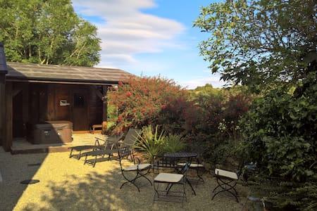 Fuchsia Cottage with hot tub and sauna - Cork - House