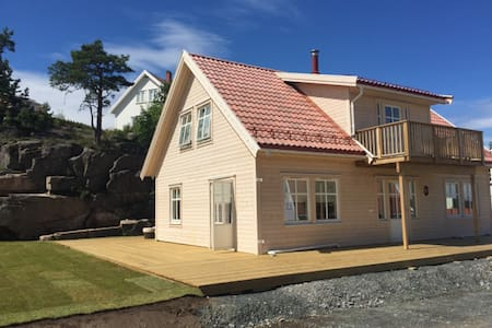 Brand new house with golf car & free entry to Spa - Hytte