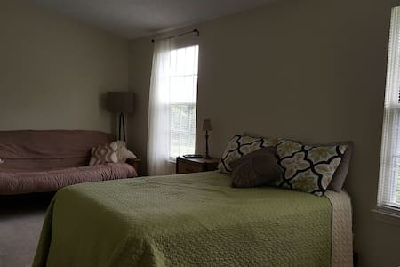 Large room in comfy townhouse - Gaithersburg - House