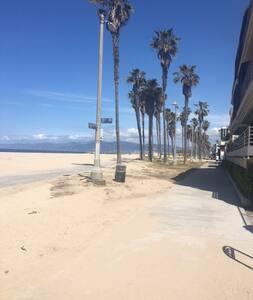 Sweet Spot Just a Walk to Venice Beach! - Marina del Rey - Apartment
