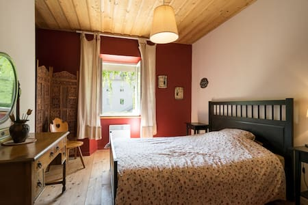 Double room in a lovely family home. - Jougne - Haus