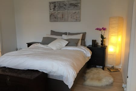 A nice one bedroom apartment with kitchen, bathroom and balcony. 2 min walking distance from Ordrup st and 15 min drive/train drive from Copenhagen center.  5 min walking distance to Jægersborg Dyrehaven, Dyrehavs Bakken and Bellevue Beach.  Free parking.