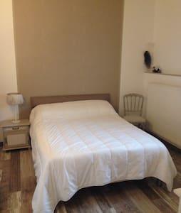 Chambre dans une maison atypique - Astis - House