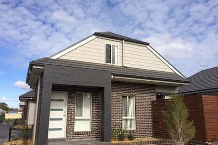 Modern comfortable home - Oxley Park - Townhouse