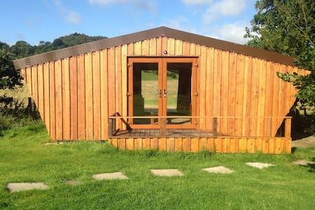 """Hay Brow Cow Shed"".  Unique, handbuilt chalet. - Cottage"