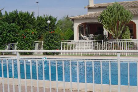 Oasis. Casa-Chalet con piscina. - Chalé