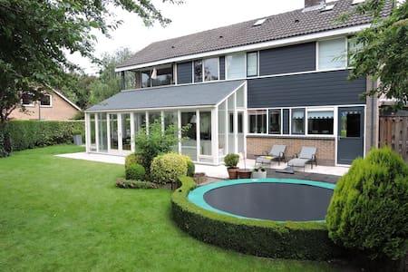 Ruimte en groen, ideaal voor gezin - Ház