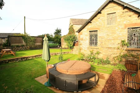 Detached Sedbergh cottage with hot tub. - House