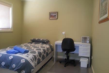 K/Single bed,shared,bath,Wifi,desk. - Adamstown