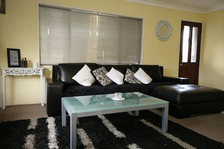 LowCost& Stylish-10min from Airport- House - House