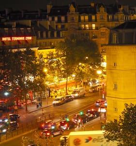 Chambre chaleureuse à Gare de Lyon - Paris - Appartement