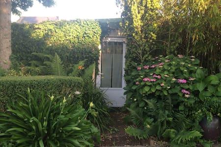 Votre petite maison au jardin - Dům