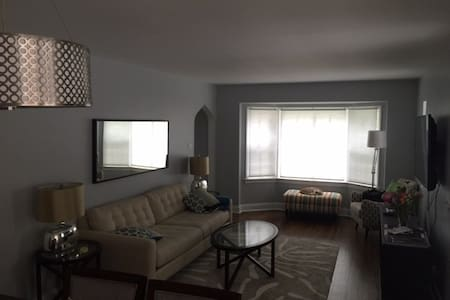 Cozy Room in quite neighborhood.  Close to train. - North Riverside - House