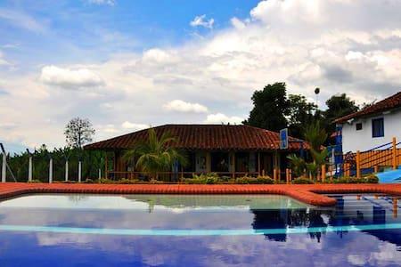 Habitaciones Familiares en Finca Tipica/piscina - Gjestehus