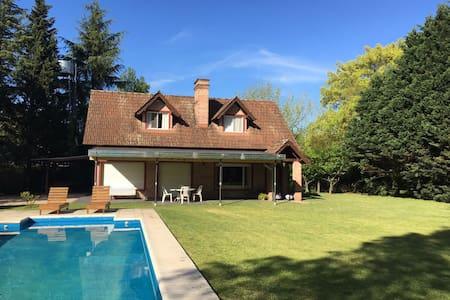 CASA COUNTRY GRAN TERRENO PISCINA - House