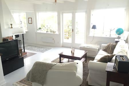 Skärgårdshus med privat brygga nära stan - Tyresö Ö - House