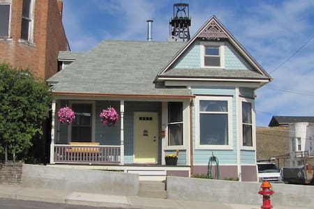 Pet Friendly Home in Historic Uptown Butte - 아파트