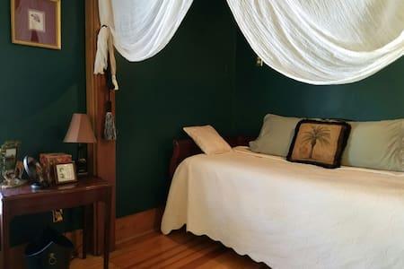 Lilac Gardens - Safari Room - Bed & Breakfast