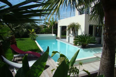 Villa 190m²  8/9 pers, piscine chauffée, exotisme - Huvila