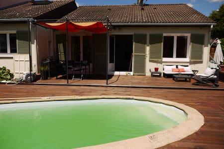 Chambre privée de 25m² dans villa avec piscine - Meyzieu
