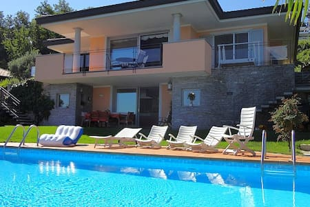 Exquisite villa with pool and views - Meina