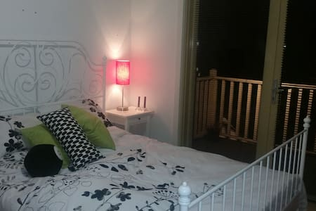 A bright airy room is available in a friendly sharehouse in Coburg. Close to cafes, shops, trains, trams and vibrant Sydney Road (and only 25mins to the CBD), you'll be sharing with four awesome people in a huge, furnished house with a big backyard.