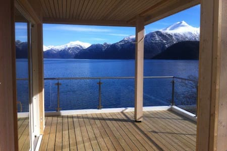 House touching the fjord - Casa