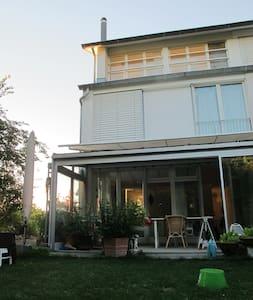 Stadtnahes Haus im Grünen für bis zu 6 Personen - Hedingen - Casa