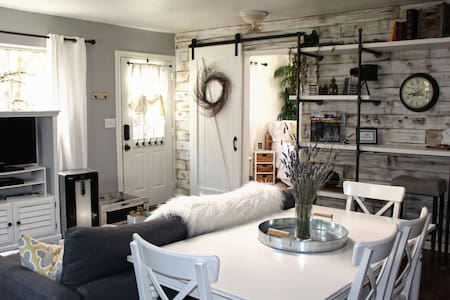 Farmhouse Style Cottage Retreat - Auburn - Haus