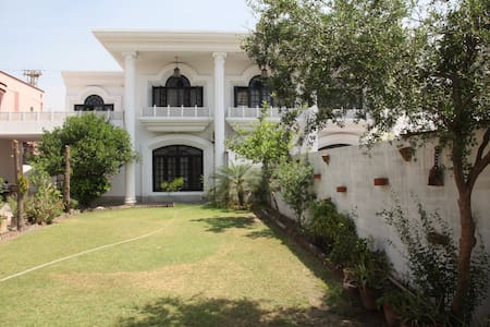Continental Girls Hostel Township - Lahore - Huis
