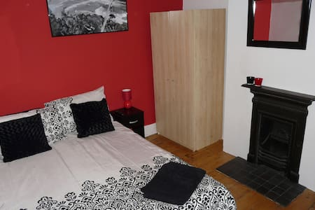 Vibrant double room; great location - Casa
