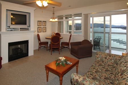 The Lakefront Condo - 246 2 Bedroom condo with Lake View - Huddleston