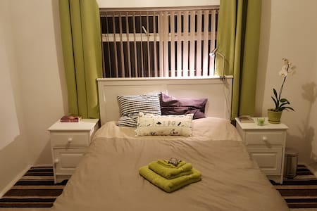 Large double room with great links, Trafford - House