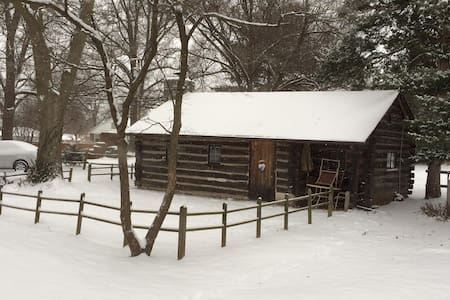 Cozy 1953 Countryside Log Cabin - Waterloo - Cabane