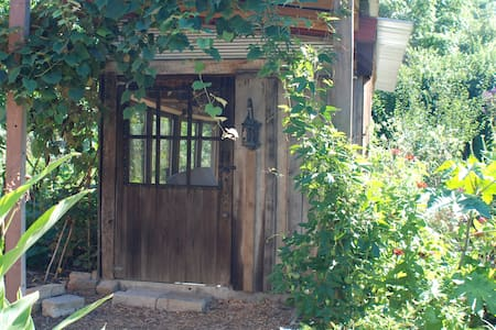 Bright Primitive Cabin - in a garden oasis in town - Cottage