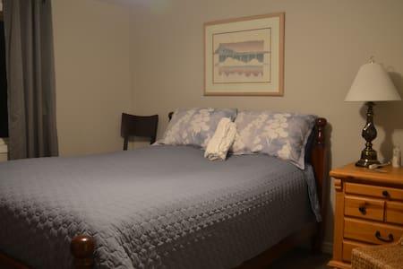 "Freshly renovated ""Comfy Queen"" guestroom - Windsor - Maison"