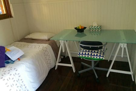 Single room in quiet Manly self contained house - Hus