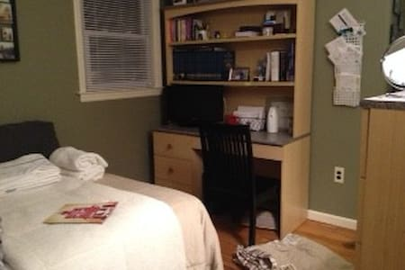 1 furnished room in Private House - Denville - House