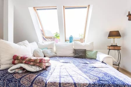 Sunny central rooftop room in Fhain - Berlin - Apartment