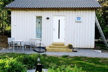 Stuga i idyllisk lantlig miljö, 8 km till Arlanda - Zomerhuis/Cottage