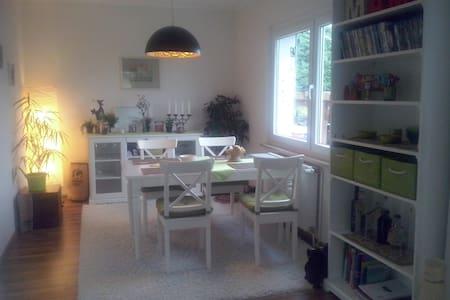 Gemütliche Wohnung im Grünen, mit Garten, 70 qm - Lejlighed