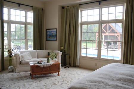 Peaceful & Luxurious Master Suite - Bed & Breakfast