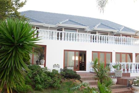 Magaliqua Self Catering Apartment 1 - Krugersdorp - Apartemen