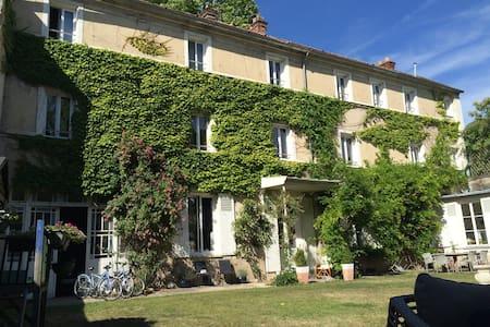 B&B Demeure Les Aiglons entre château et Insead - Fontainebleau - Bed & Breakfast